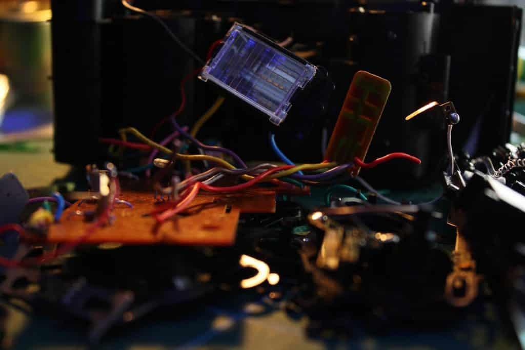 Imagem de diversos materiais eletrônicos prontos para ser reciclados.