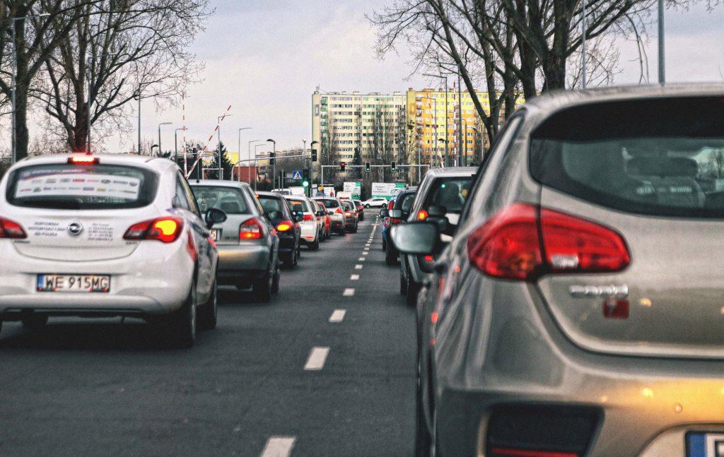 Imagem de um trânsito de carros em uma cidade europeia.