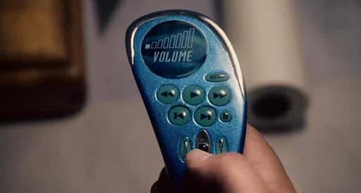 Pessoa segurando o controle remoto presente no filme Click (2006)