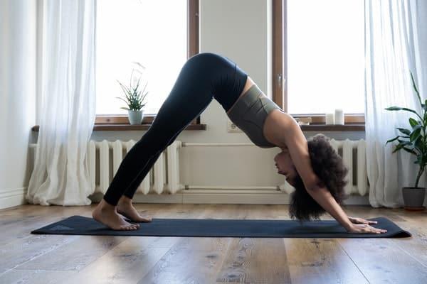 Mulher fazendo exercício na sala de casa