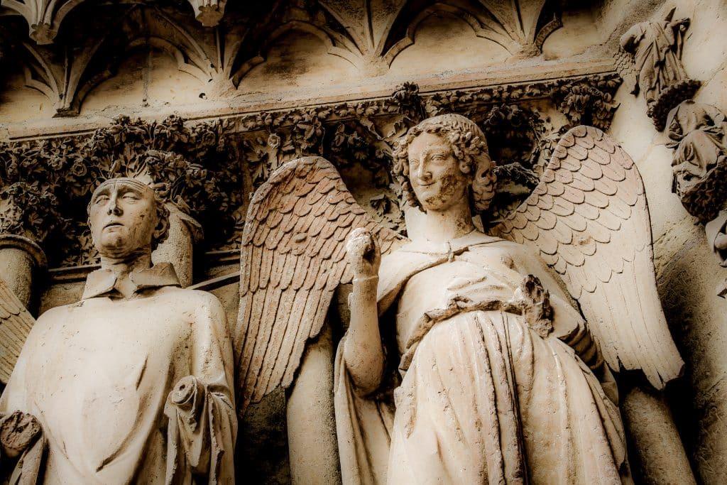 Imagem do anjo na catedral de Notre Dame.