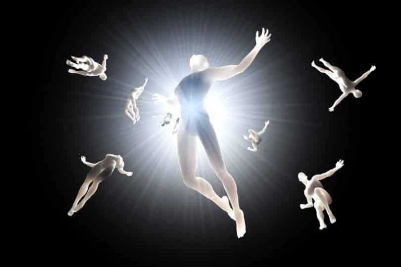 Espíritos voando em direção a luz em fundo preto