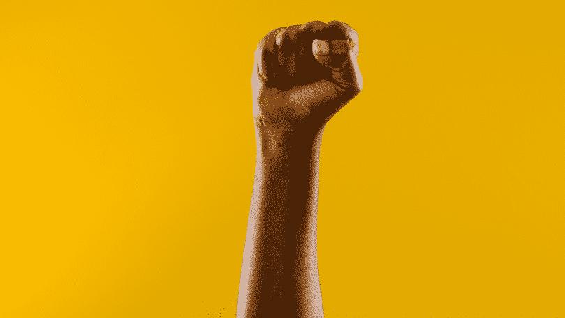 Braço erguido com punho fechado representando resistência