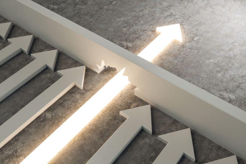 Ilustração de uma seta atravessando uma barreira que prende as demais setas.