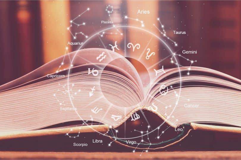 Ilustração de astrologia em frente a um livro aberto