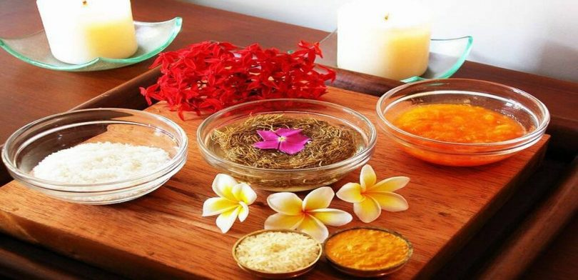 Mesa com velas e especiarias típicas da Ayurveda