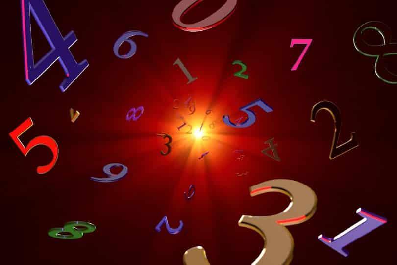 Luz centralizada e no fundo, com vários números coloridos orbitando, como se fosse um túnel.