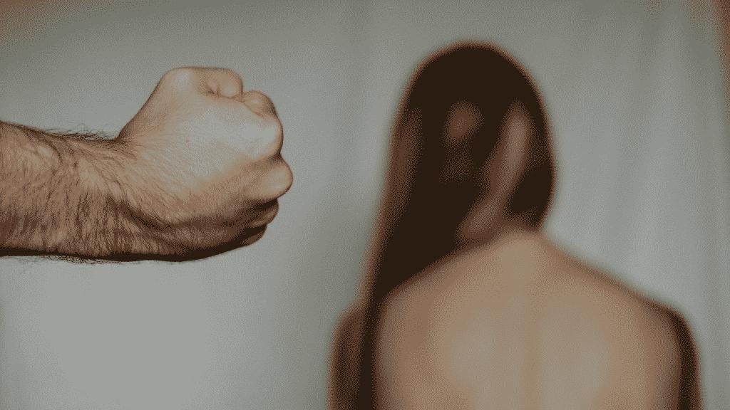 Mulher sofrendo violência física