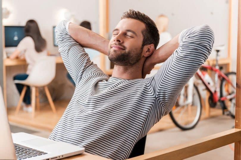 Homem em frente ao computador relaxando