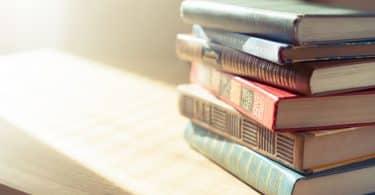 Livros empilhados em uma mesa de madeira