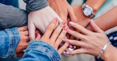 Mulheres colcoando suas mãos no centro da roda