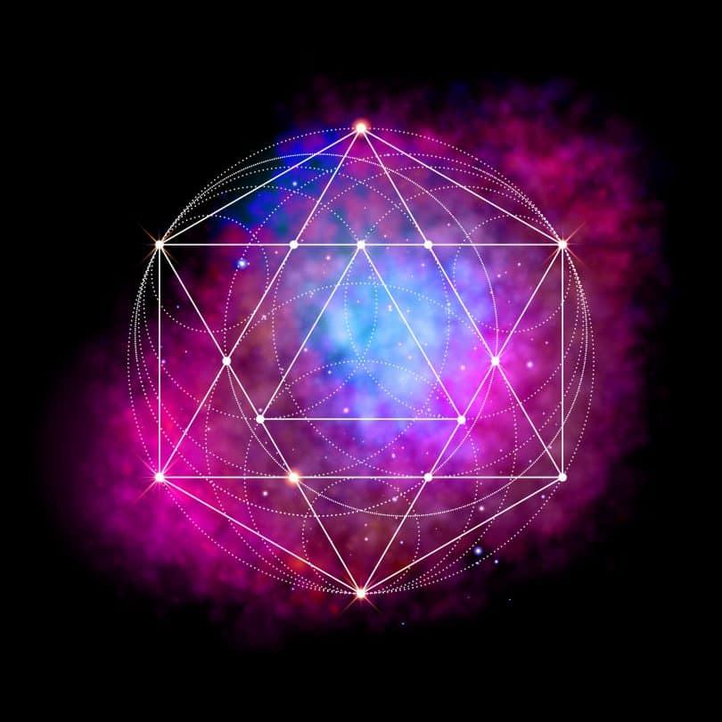 Fundo com cores neon, e formas geométricas ao redor e dentro de uma Estrela de Davi.