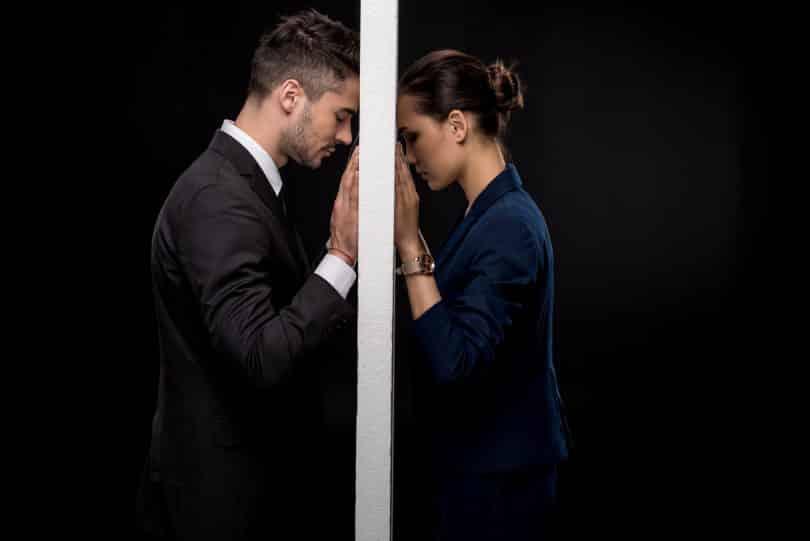Homem e mulher separados por uma parede.