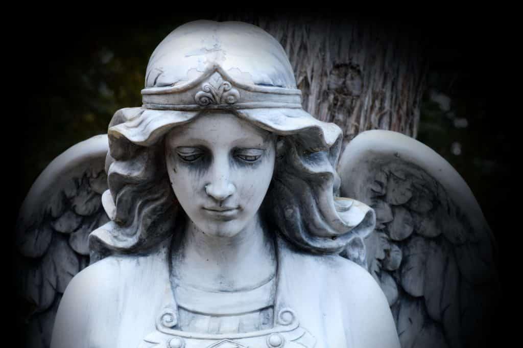 Imagem de uma linda estátua do anjo.
