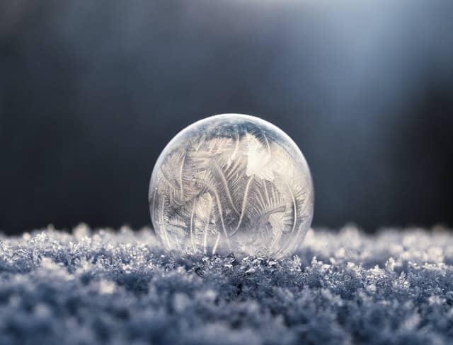 Bola de gelo com flocos de neve em volta