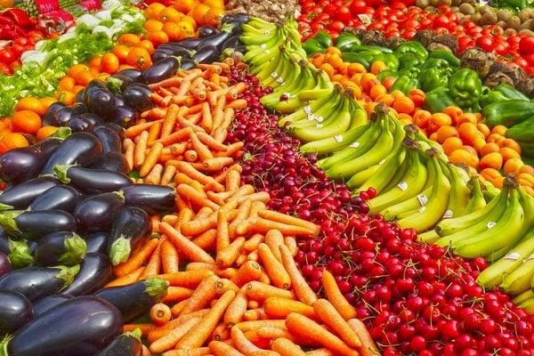 Banca de feira com vegetais organizados para venda
