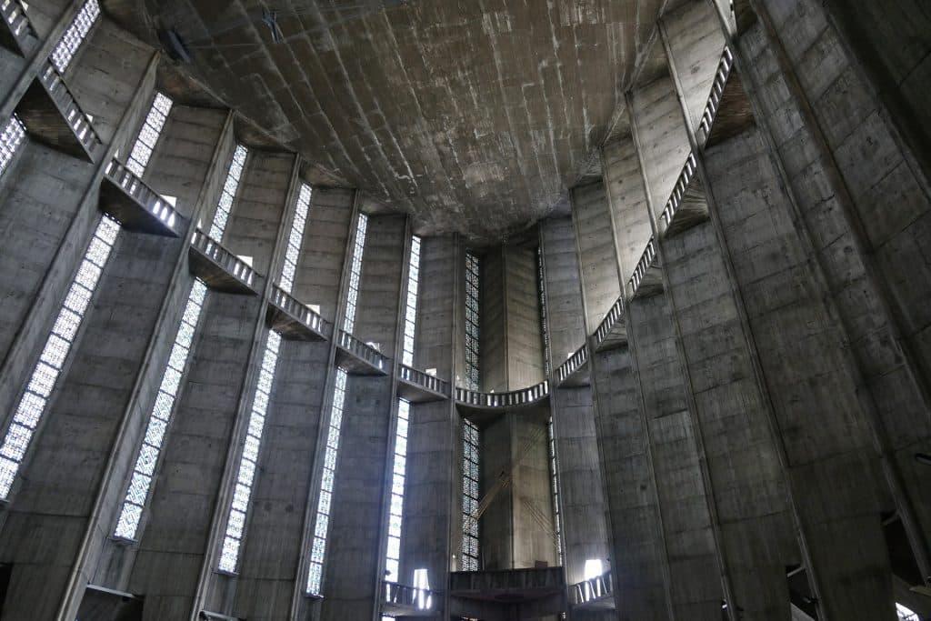 Imagem da arquitetura de uma catedral vista em quinta dimensão.