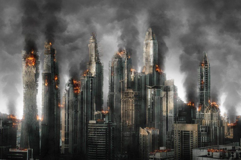 Prédios enormes de cidade grande pegando fogo.