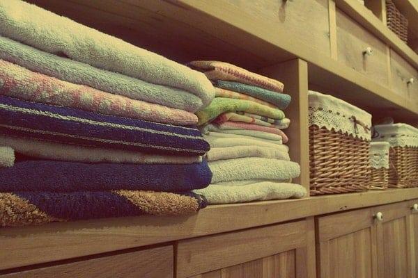 Armário com toalhas dobradas e cestas organizadas
