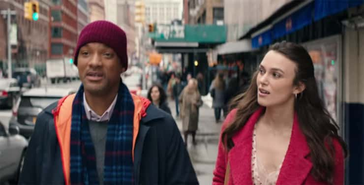 Homem e mulher andando na rua e conversando