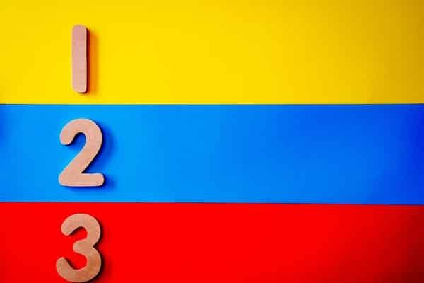 Número 1, 2 e 3 em fundo colorido