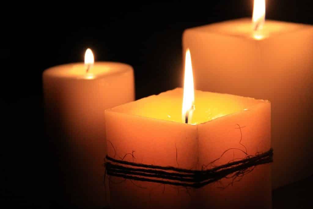 Imagem de três velas acesas representando a espiritualidade.