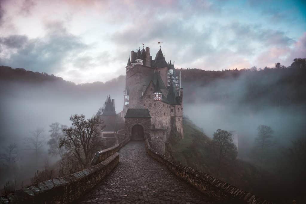 Castelo antigo ao lado de montanhas