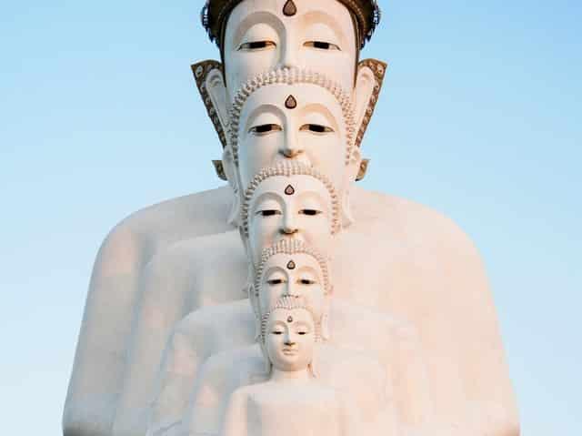 Imagens de Budas em sequência de tamanhos diferentes vistos de frente