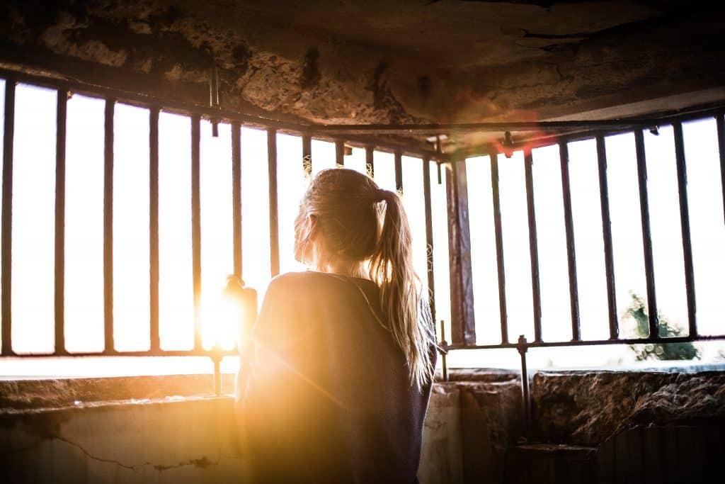Mulher com as mãos em uma grande olhando para o sol