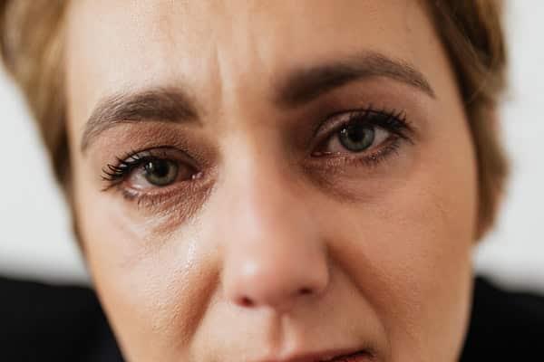 Rosto de mulher com lágrimas escorrendo bem próximo