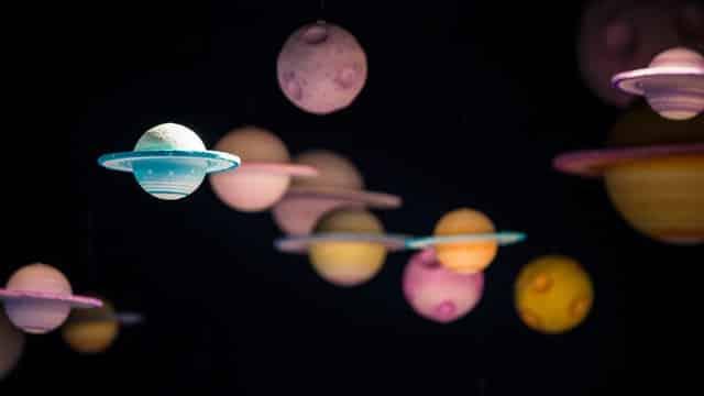 Sistema solar feito de isopor com planeta em foco