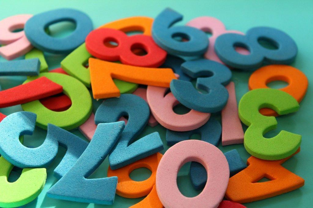 Números coloridos em tecido esponjoso, empilhados.