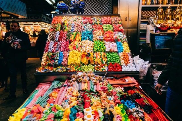 Loja de doces com guloseimas em prateleira