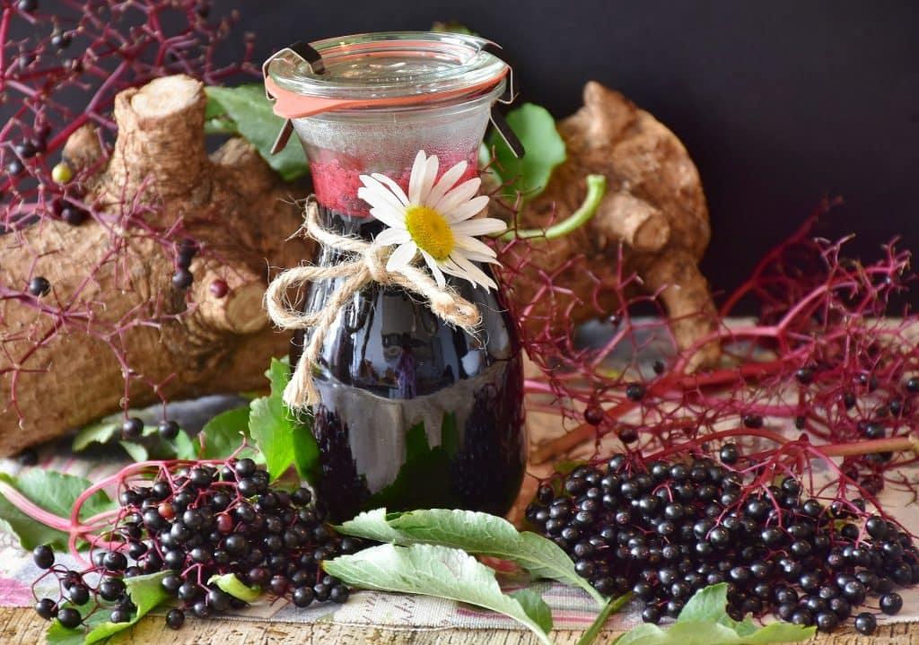 Imagem de um lindo jarro de vidro cheio de suco afrodisíaco feito com várias frutas e ingredientes para aumentar a libido.
