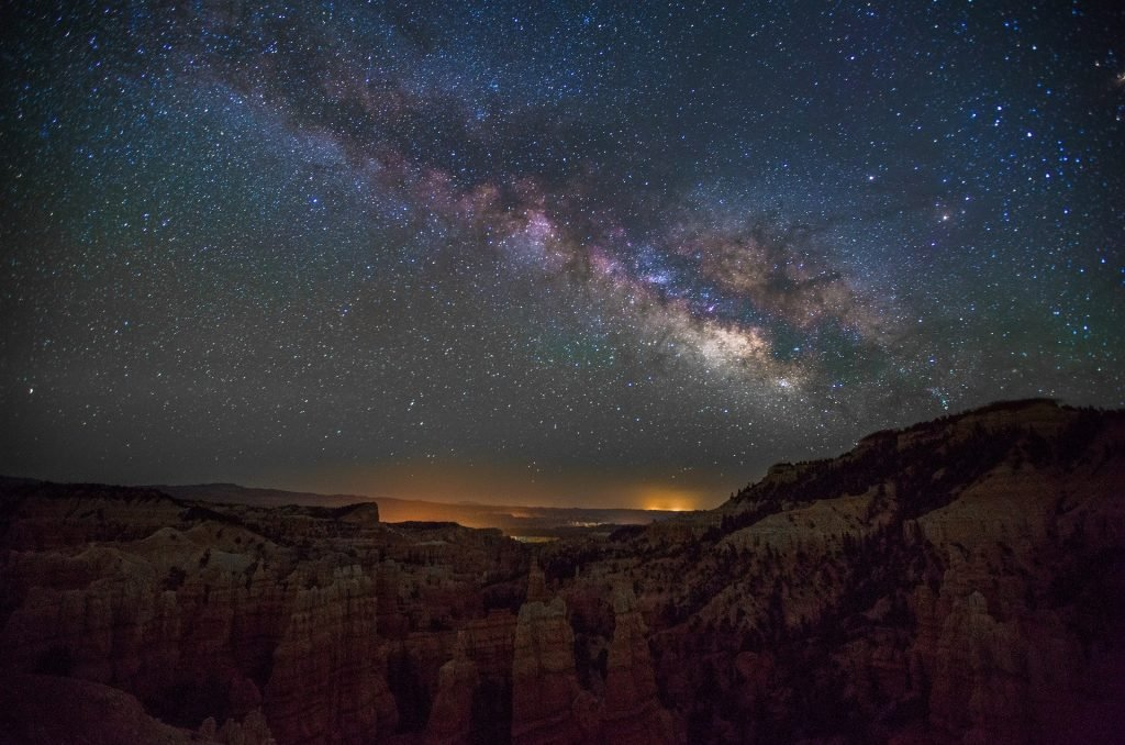 Imagem do céu estrelado representando a quinta dimensão.