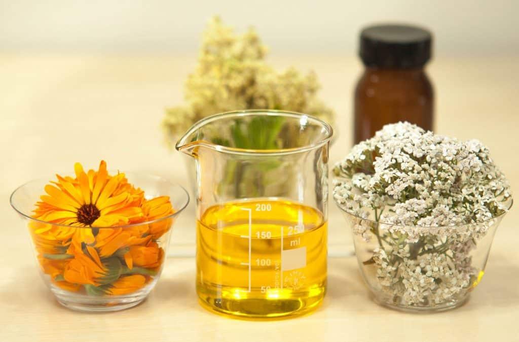 Imagem de vários utensílios como potes com flores e mirra para serem utilizados na produção do óleo de mirra.