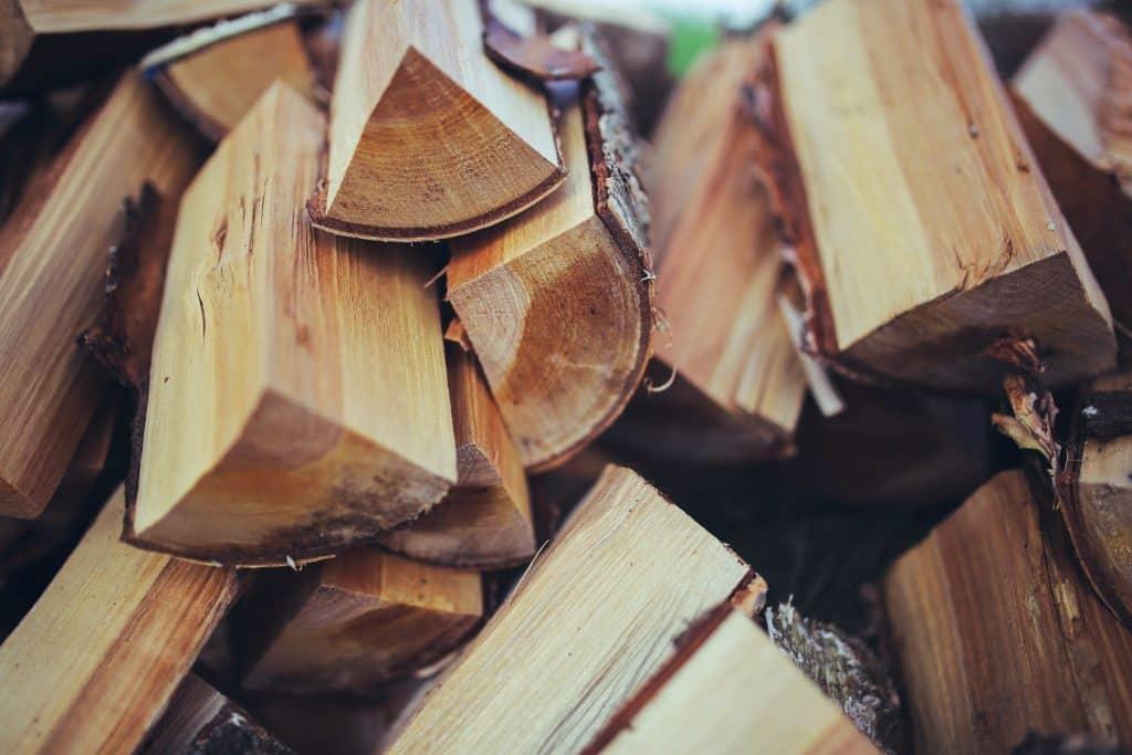 Pedaços de madeira empilhados.