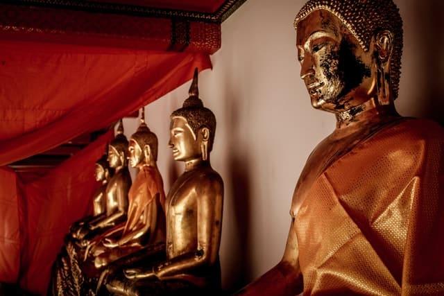 Templo com imagens de Budas vistas de perfil