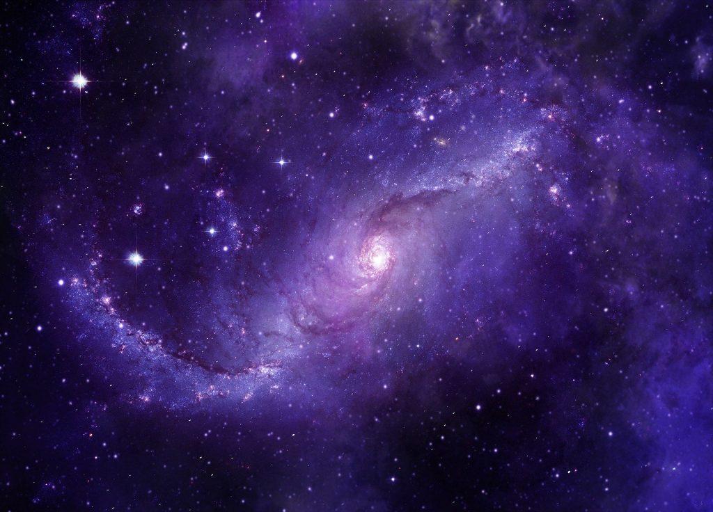 Imagem do universo - com o céu estrelado na cor azul representando a quinta dimensão.