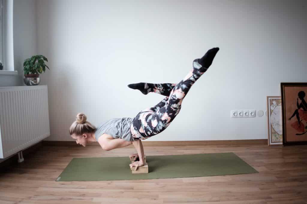 Mulher fazendo movimento de yoga em sua sala