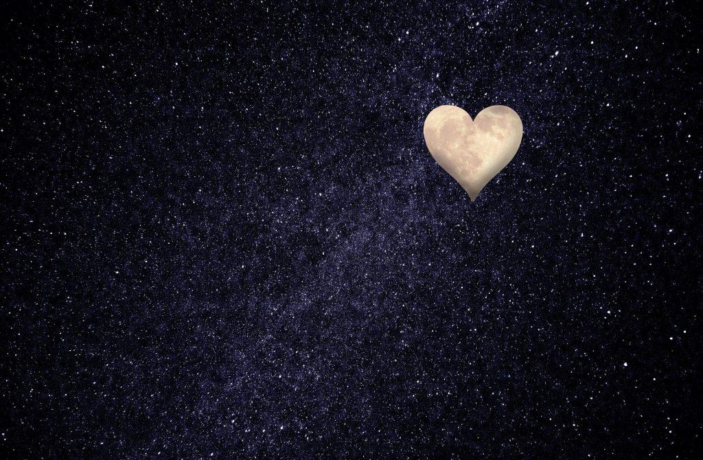 Imagem do universo com o céu estrelado. Ao fundo a imagem do coração que representa a reciprocidade.