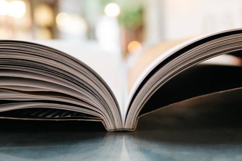 Livro aberto em uma mesa
