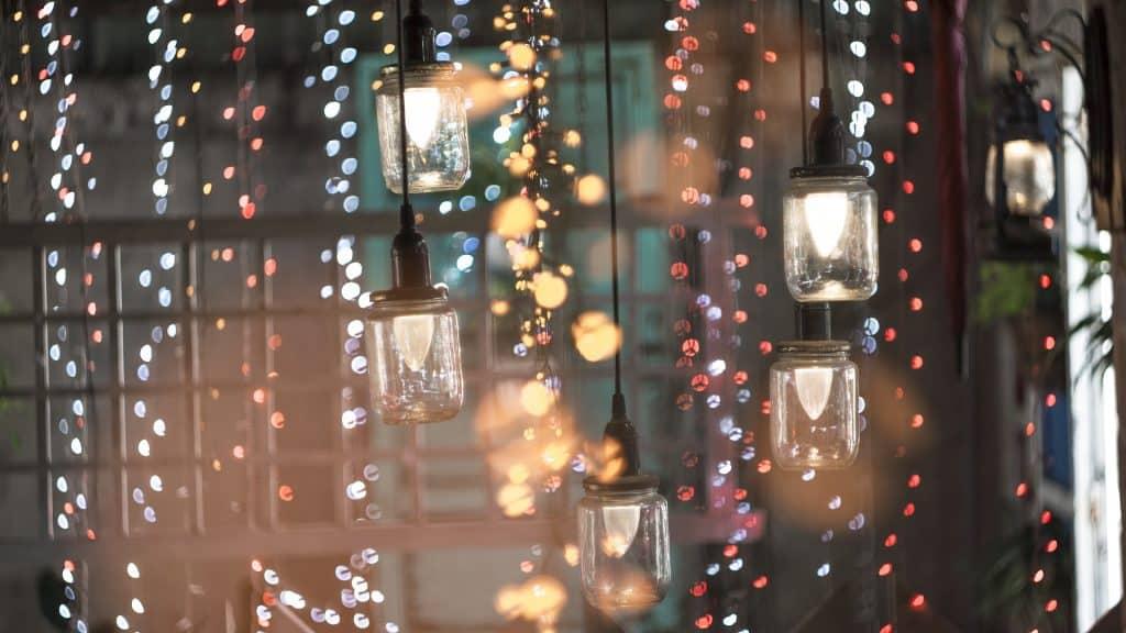 Imagem de um espaço fechado com muitas luzes e brilho representando a quinta dimensão.