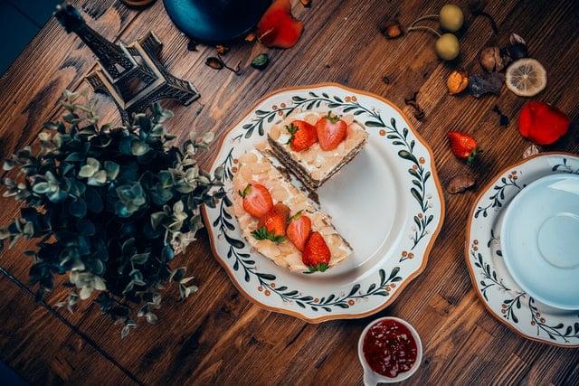 Conjunto de prato com torta vista de cima