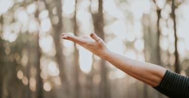 Mulher com a mão aberta para cima