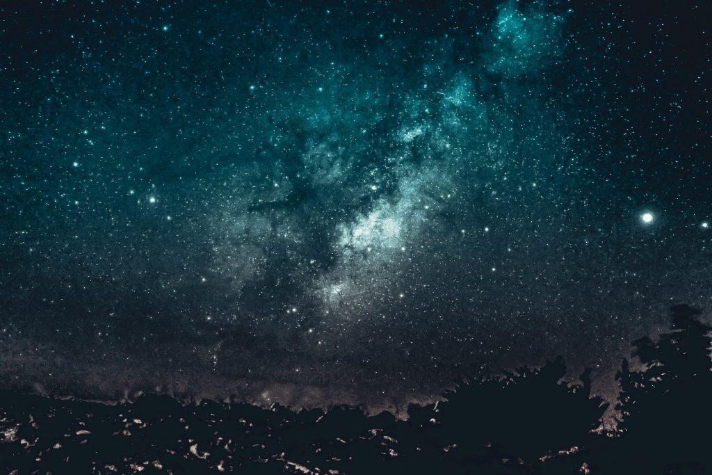 Imagem noturno da universo estrelado representando a quinta dimensão.