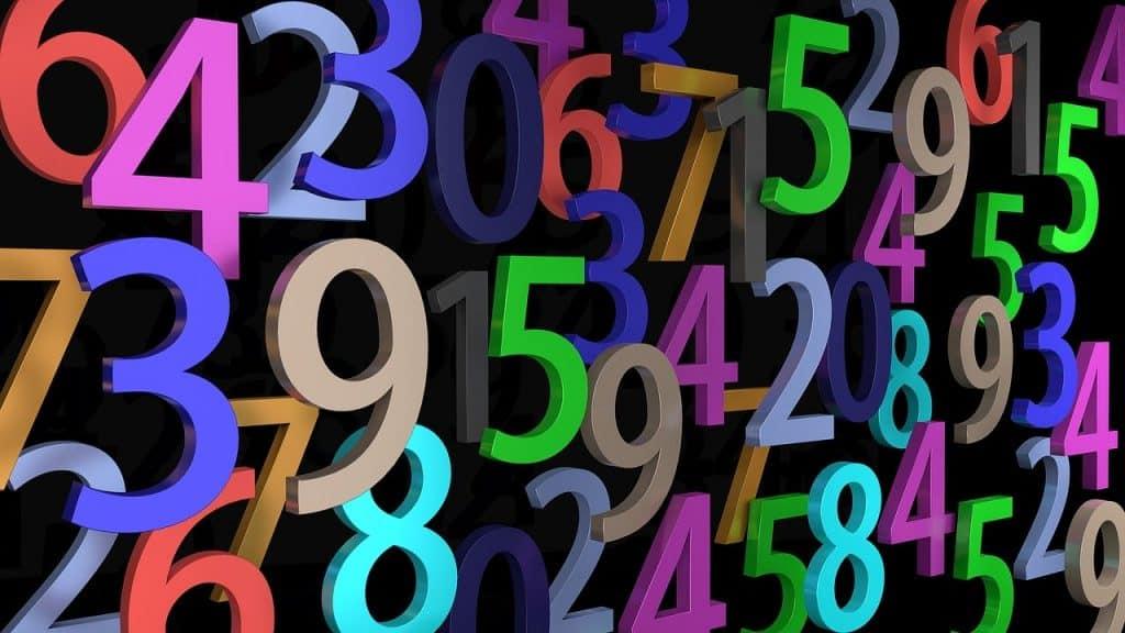 Números em 3D, de cores diversas em uma tela preta.
