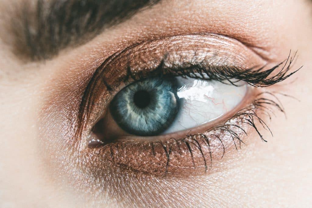 Imagem ampliada do olho esquerdo de uma mulher.