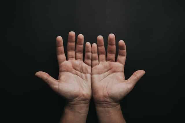 Mãos abertas uma do lado da outra vistas de frente