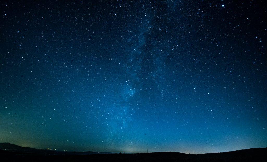 Céu estrelado durante a noite.